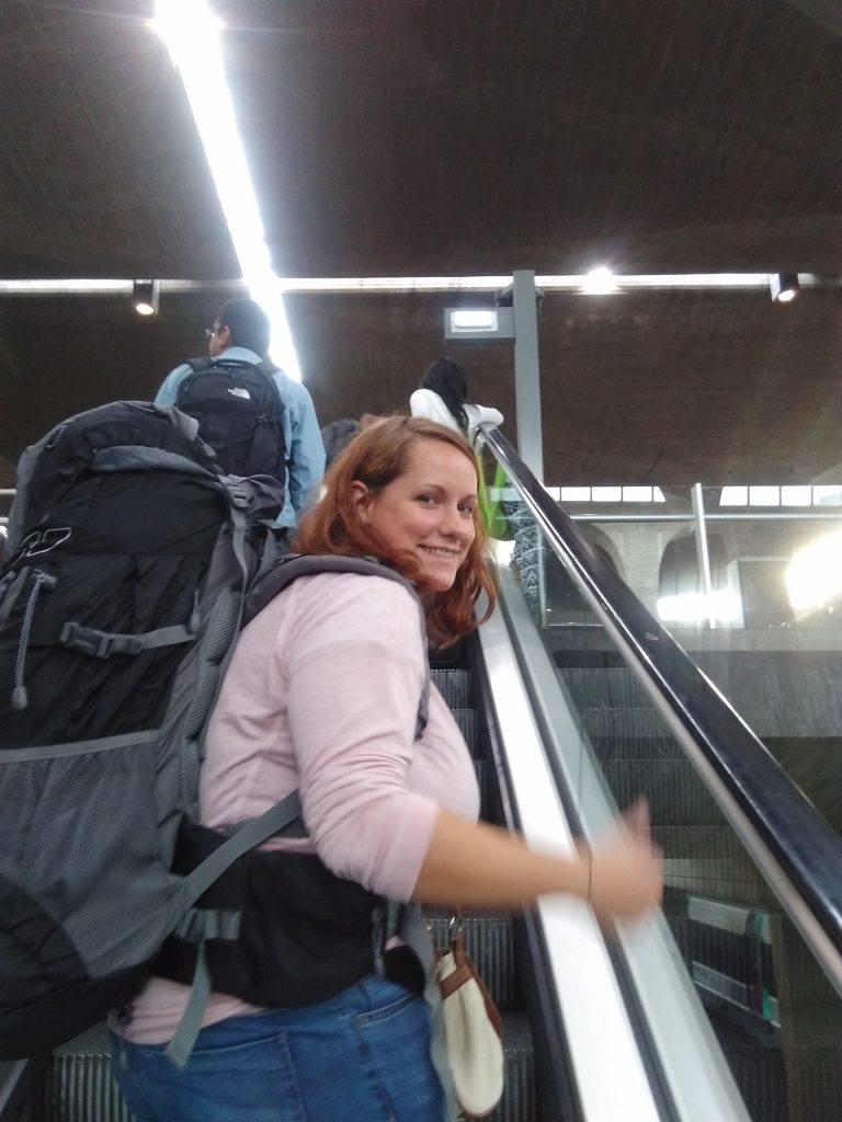 Aéroport Paris CDG : Aurore, la vraie backpackeuse !